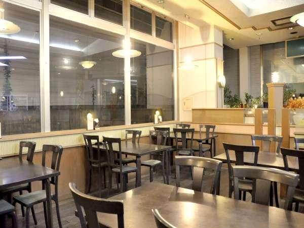 【1F食堂】ロビーを兼ねる食堂。間取りを広くとっているからゆっくりお食事できます。