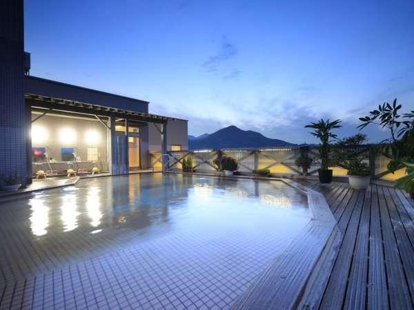 9階『空中露天風呂』。夜景と星空が楽しめます