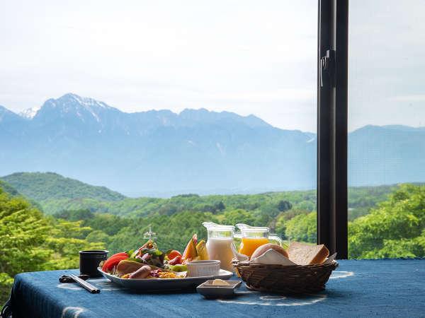 *【朝食例】朝食会場の囲炉裏レストランからは、晴れた日には南アルプスの山々が臨めます。