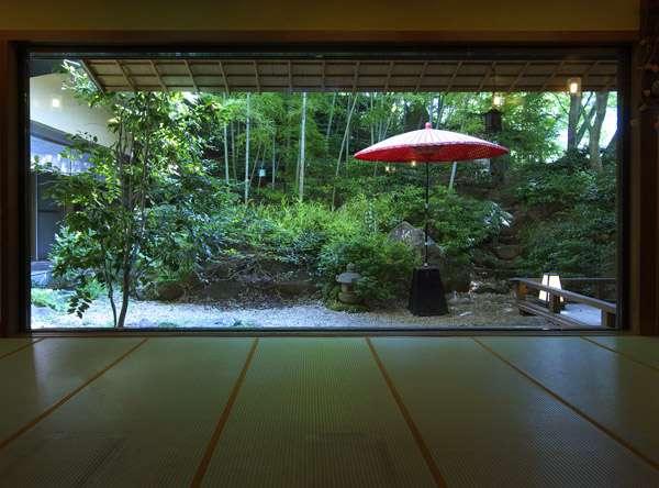 野点傘が鮮やかな枯山水の日本庭園 写真提供:じゃらんnet