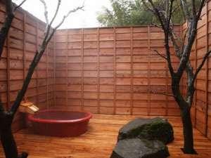 日本の情緒ある小さくてかわいらしい露天風呂。