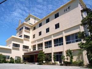 宿全景。客室階(4階・3階)からは和倉湾を望みます。