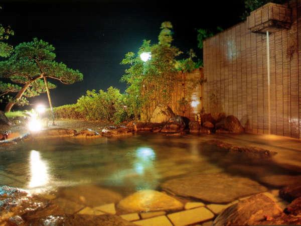海が一望できる庭園風の露天風呂(左の湯)ゆっくりとつかっていられる温泉。