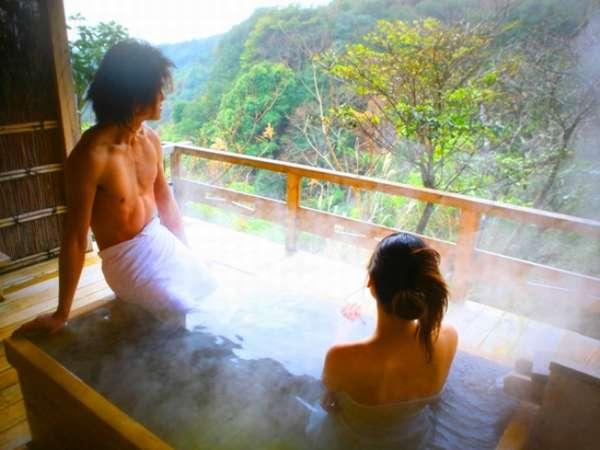 新緑に囲まれた貸切露天風呂『遊湯庵』は離れならではの静けさと渓谷を見下ろすパワースポット