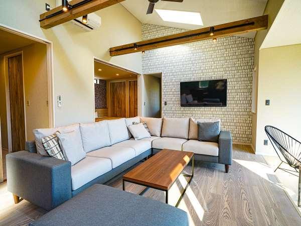 【2021年8月OPEN!】個室露天風呂付プレミアムヴィラ:広いソファでおくつろぎください。