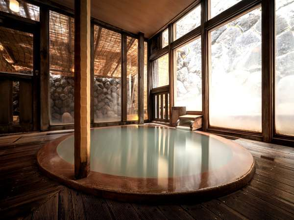 【温泉】人気の玉子風呂。湯船が玉子型になっており、足触りの柔らかい木造りです。