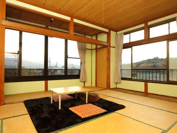 陽光がたっぷりと降り注ぐ部屋の大きな窓からは四季折々の風景が望めます。