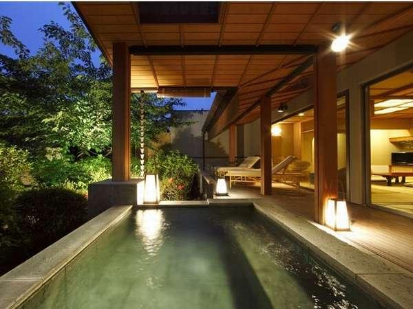 『露天風呂付スイート』露天風呂と湯上りテラスと日本庭園(浮舟)