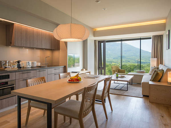 【2ベッドルームB 羊蹄ビュー】広さ85平米、リビング全体に自然光が差し込む明るいお部屋です。