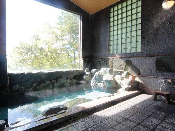 【温泉】湯量豊富、芹ケ沢温泉の岩風呂。2ヶ所ありいずれも貸切でご利用いただいています。