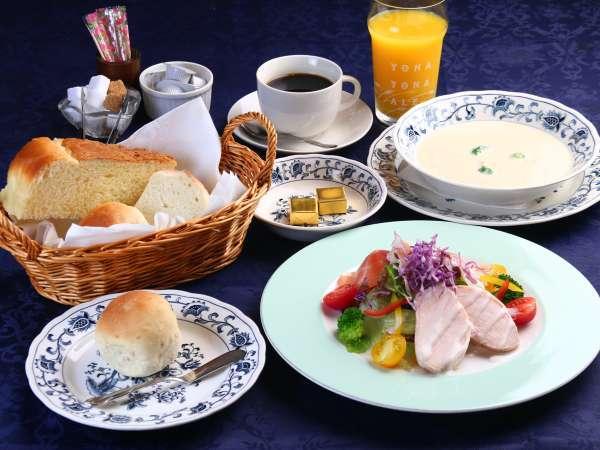 【朝食】ふかふか、もっちり♪な自家製パンとスープ、新鮮野菜たっぷりの朝食。