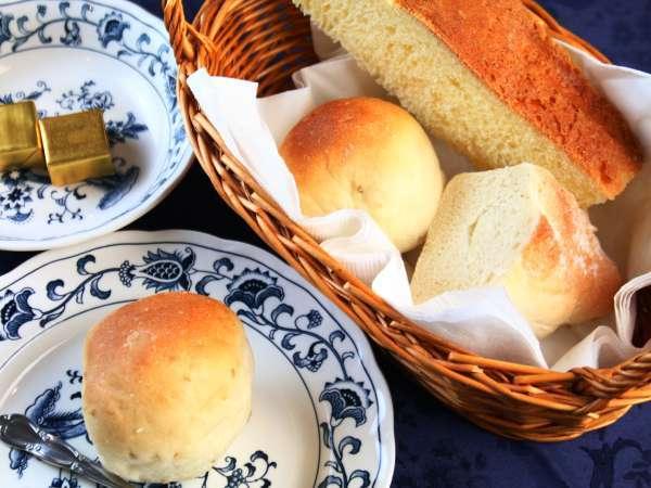 【朝食】ふかふか、もっちり♪な自家製パン。常連さんに好評です!