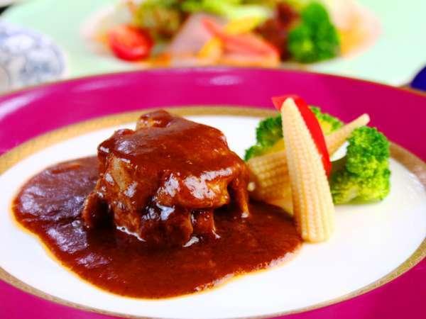 《夕食》元レストランシェフが腕を振るう基本の欧風ディナーコース。