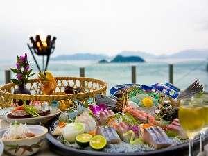 季節の籠盛り会席(一例)ぴちぴちの魚介類を海の景色と共にお楽しみ下さい