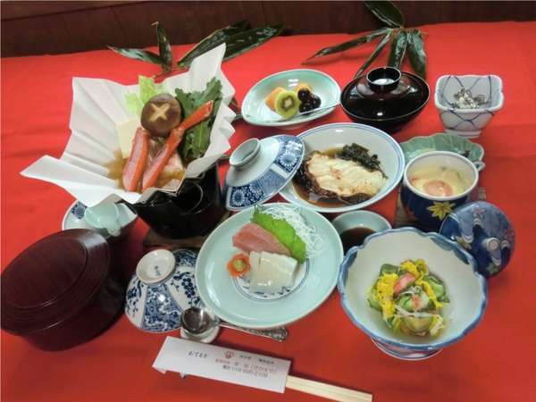 夕食の一例です。地元の食材や、産直で取り寄せた海の幸をふんだんに使用しています。