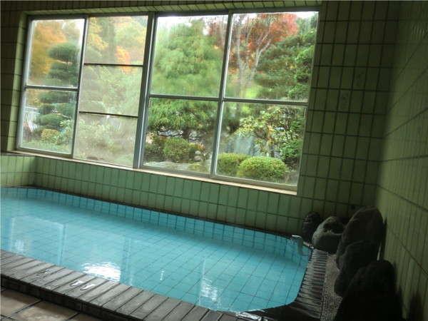 大浴場の様子です。大窓の風景を楽しみながら、露天感覚でご入浴できます。