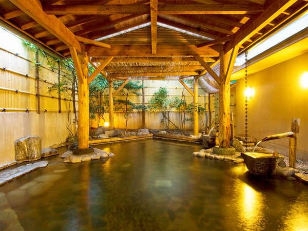 【柿の湯・露天】温度の違う2種類の源泉を別々の湧出口から入れる事で浴槽で温度差をお楽しみ頂けます。