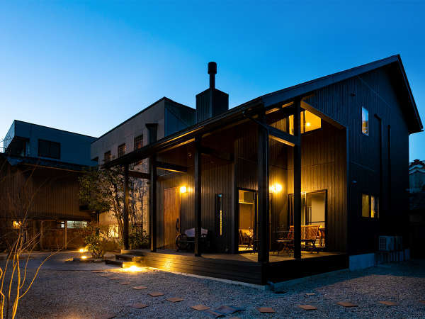 *【別邸京よろず/夜(一例)】温かな照明に包まれた別邸京よろずの外観。