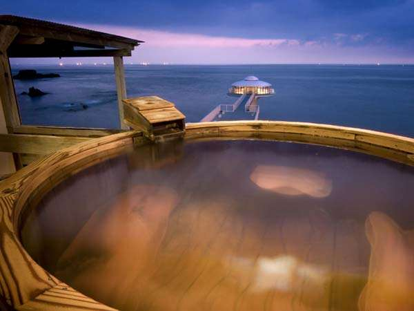 日本夕日の宿に認定される絶景の夕日を眺めながら、大海に手足を伸ばすような湯浴みを楽しむ極上の休日