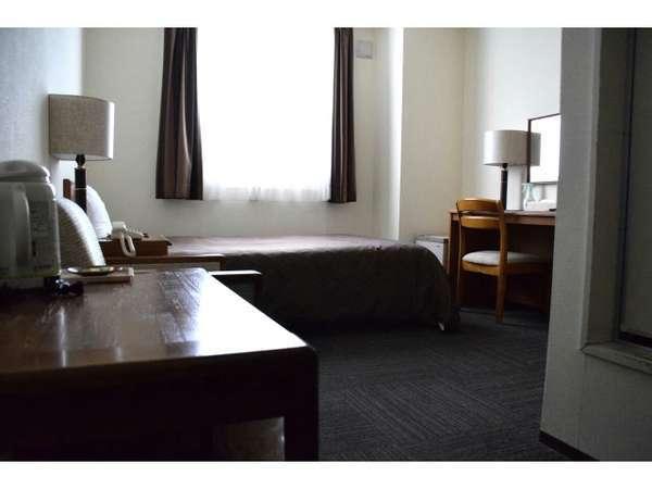 広めのお部屋、ベッドで、ゆったりとくつろげるシングルルーム。