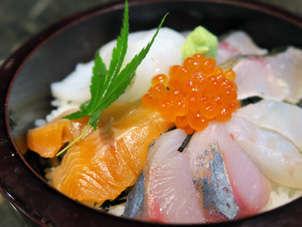 【海鮮丼】海鮮丼はごはんは少なめ、旬のお魚がいっぱい!の海鮮丼です。