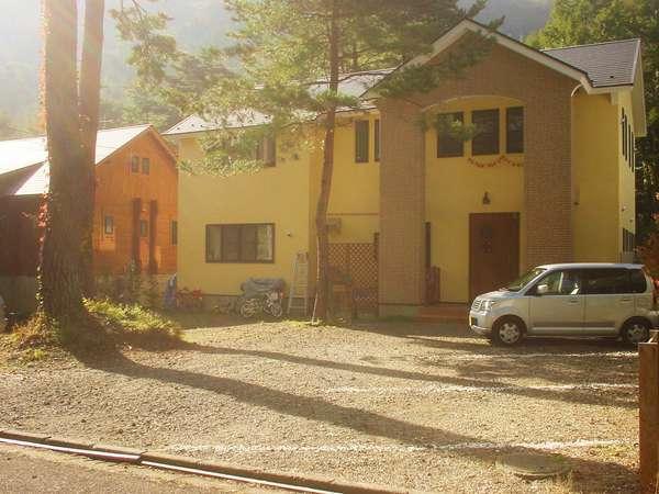 2007年新築の建物外観です。林の中にある別荘地の小さなペンションです。