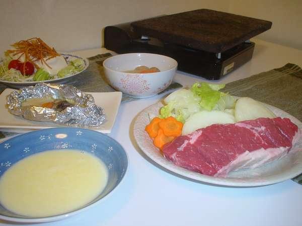 夕食の1例。富士山の溶岩で焼く国産牛フィレ肉はやわらかくジューシー。焼き加減はご自身で調整できます。