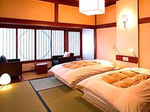 「壱号室」和室にソファ、ベッドをしつらえた和モダンなツインルームです。