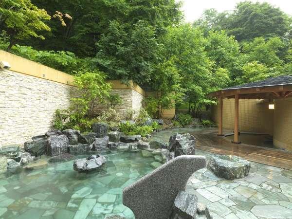 【露天風呂】樹々が生い茂る森に囲まれたような露天風呂