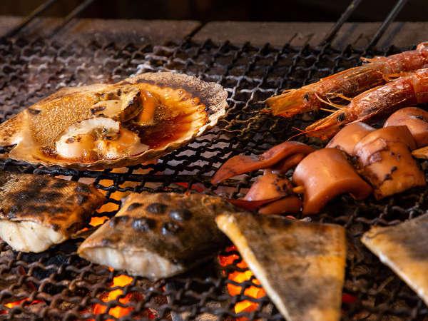 【青函市場一例】じっくり炙った、ホタテ・エビ・イカ・ホッケの4種。出来立てをお席へお届けします。