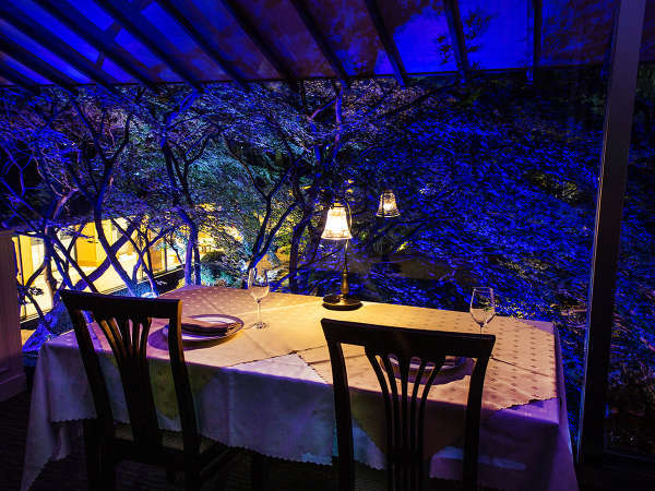 【函館銀座軒】夜の庭園はライトアップされ、幻想的な雰囲気に変わります。