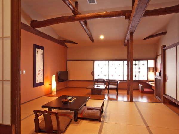【泉游亭「もみじ」指定プラン】高めの天井で梁が印象的な和室メインのお部屋でお寛ぎ