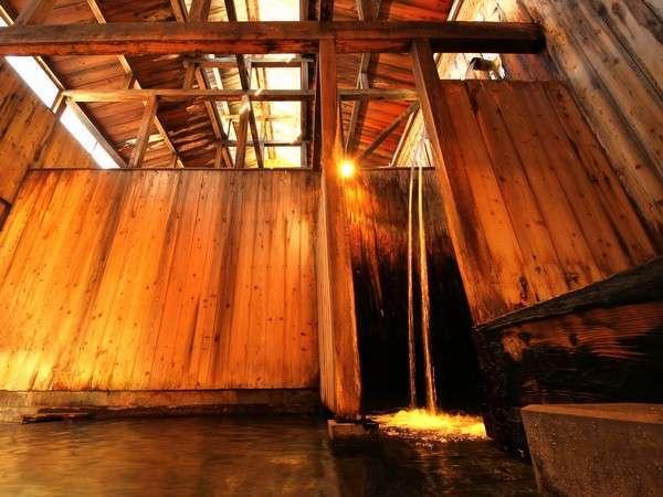 豊富な湯量を誇る滝風呂。滝に打たれるようなマッサージ効果も期待できるとか!