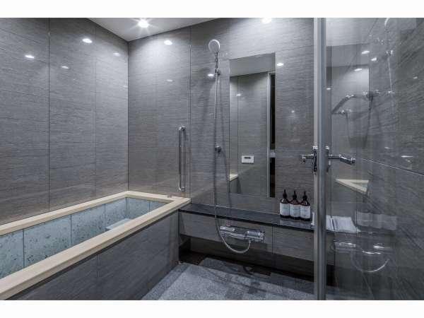 客室にヒノキ風呂を完備