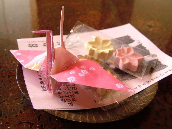 お部屋には、秋田銘菓「もろこし」と温かいお茶 写真提供:じゃらんnet