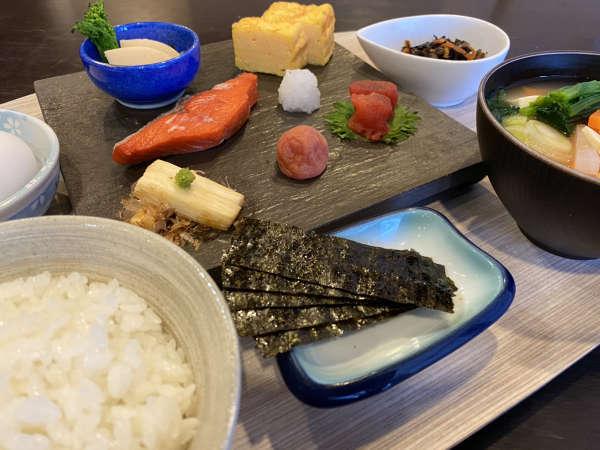 宮城米「ひとめぼれ」と具材たっぷりのお味噌汁が自慢の朝食です♪