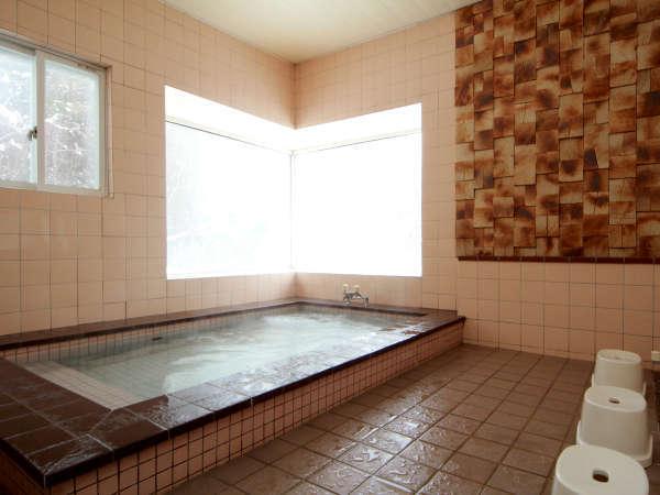 男性用のお風呂。ヘルストロンの人工温泉をお楽しみ下さい。