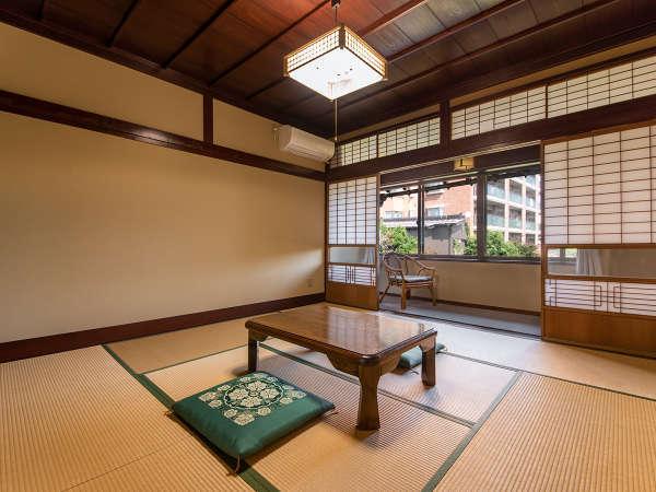 *和室8畳:落ち着いた雰囲気のお部屋。バス・トイレは共同になります