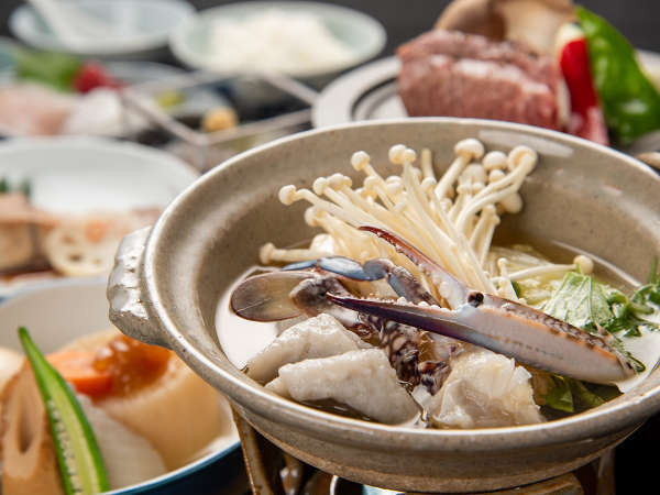 *夕食一例:地元の食材を盛り込んだ季節変わりの夜の御膳