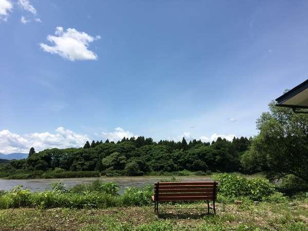 【 景観 】 駐車場から北上川をのぞむ。ゆったりとした空間