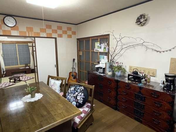 【リビング】キッチン・和室と繋がっているので、開放的な空間です♪