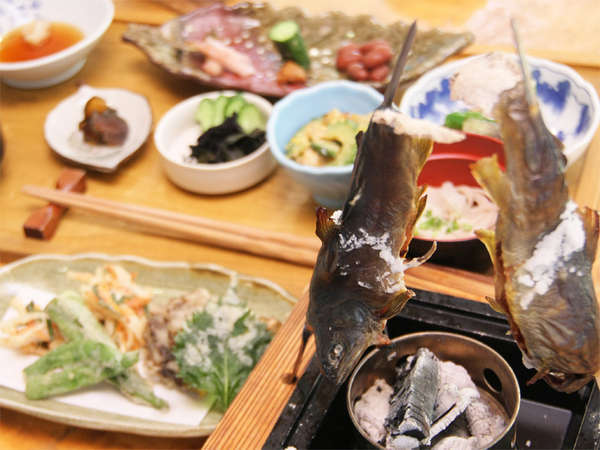 *夕食一例/川魚や季節の野菜に山菜など、山里ならではの素朴なお料理をご用意致します!