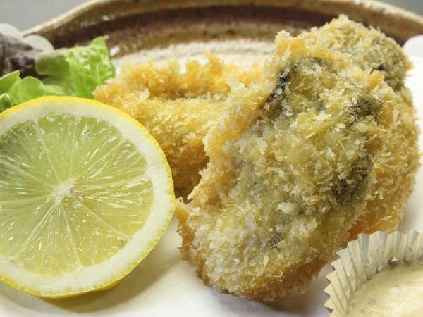 一口頬張れば溢れる牡蠣の味はもう虜ですよ (牡蠣フライ)