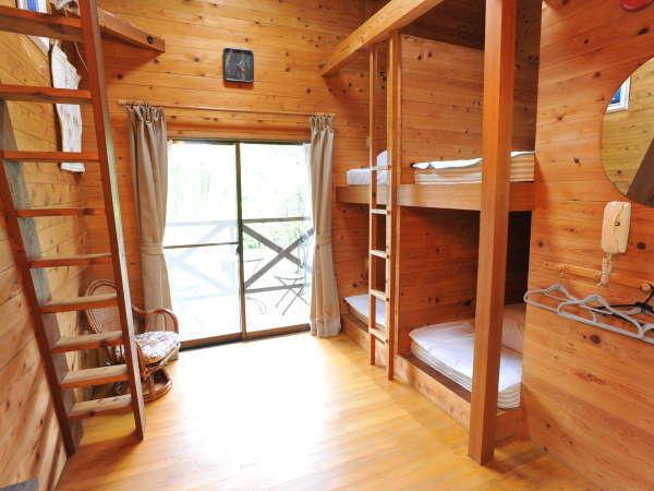 総木造りの室内からドッグランへ!2段ベッドとロフトがお子様に大人気!常に清潔を心がけております。