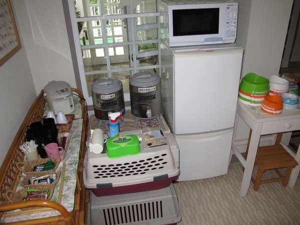 冷蔵庫、レンジ、ポット、スティックドリンク、ウェットティッシュ、粘着ローラー、清里の美味しい水、食器