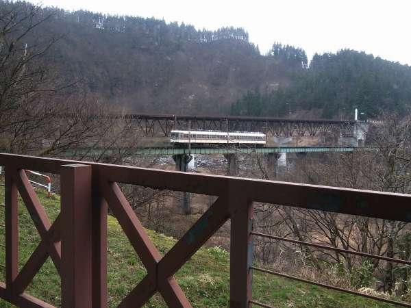 ロビーから見える富山地方鉄道
