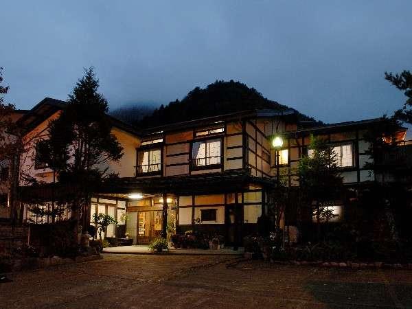 平湯温泉バスターミナルより徒歩3分。上高地の玄関口として便利な宿です。