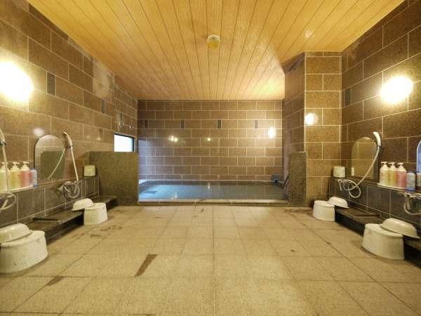 ラジウム人工温泉はのびのびと足を伸ばせます♪(写真は男性浴場)【営業時間:15:00~2:00、5:00~10:00】