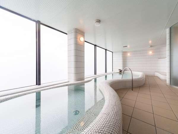 女性大浴場は白タイルを基調としたシンブルなデザインです。