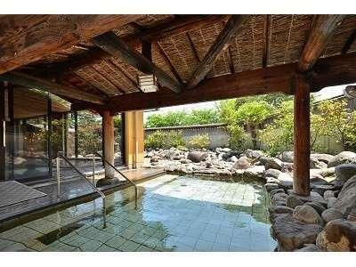 庄川峡の大自然が一望できる露天風呂。四季折々の景色をご堪能ください。